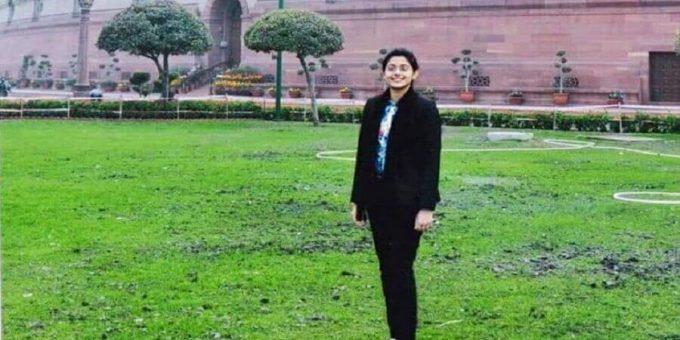 गांव के टाट-पट्टी वाले हिंदी मीडियम स्कूल से निकलने वाली IAS ऑफ़िसर सुरभि गौतम की कहानी
